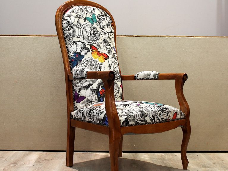 Complete réfection of a Voltaire armchair - Fabric edotor Osborne & Little butterfly garden studded finish