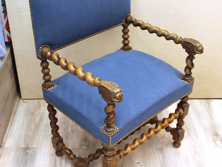 Complete réfection a Louis XIII armchair - Fabric editor Pierre Frey studded finish