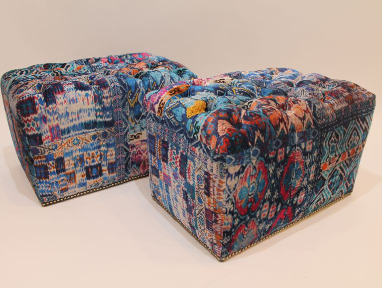 Creation of upholstered poufs hanging in animal hair - Fabric from the publisher GP & JBaker